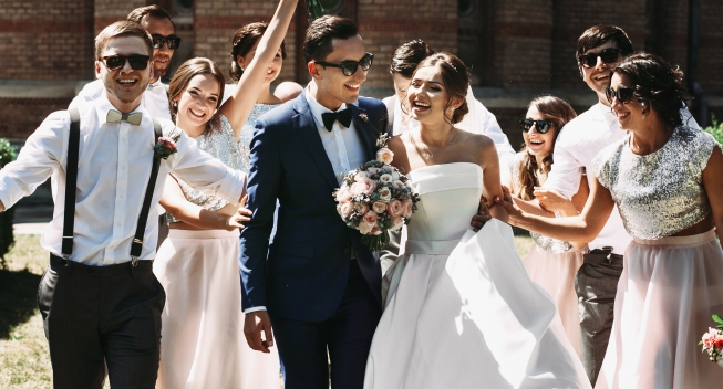 Newlywed,Couple,,Bridesmaids,&,Groomsmen,Having,Fun,Outdoors