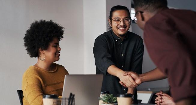 shaking-hands-in-job-interview