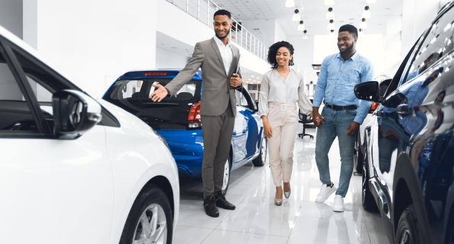 Automobile,Seller,Showing,Luxury,Car,Consulting,Couple,Choosing,Auto,In