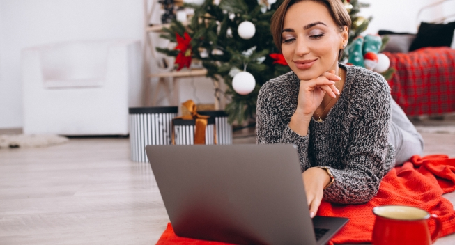 Woman,Shopping,Online,On,Christmas