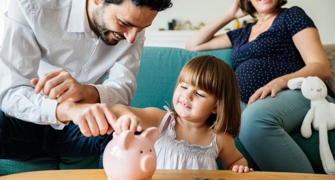 Family,Saving,Money,In,Piggy,Bank