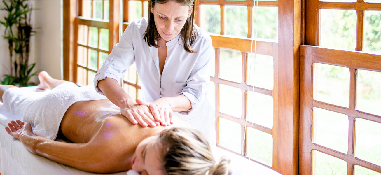 massage-therapist-soothing-working-women-table